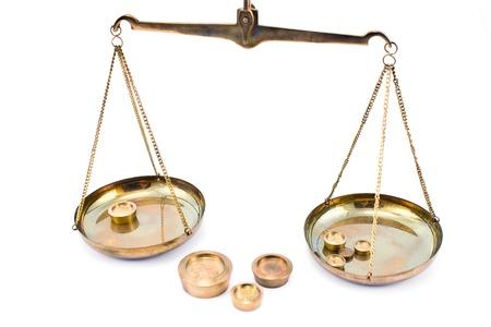 balanza de laboratorio: Escamas doradas equilibrio aislados en blanco