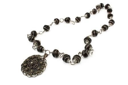 흰색에 고립 된 검은 금속 목걸이