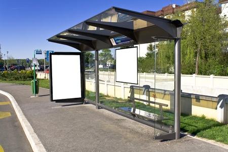 fermata bus: Un segno bianco su bianco stazione degli autobus Archivio Fotografico