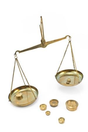 laboratory balance: Scale di equilibrio d'oro con pesi isolato su bianco