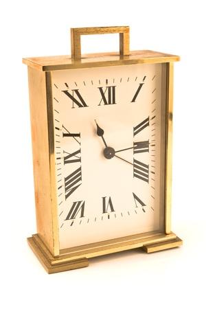 reloj antiguo: Reloj de alarma de oro aislado en blanco