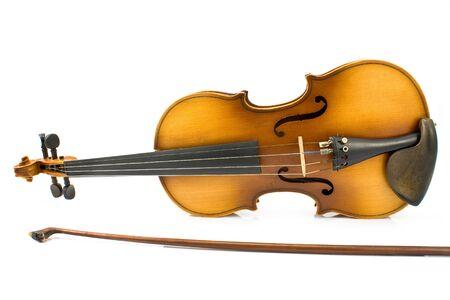 Old Violin avec Bow isolé sur blanc