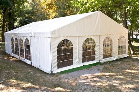 Witte grote tent in het bos