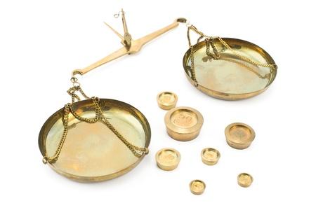 laboratory balance: Gettati scale equilibrio d'oro con pesi isolato su bianco