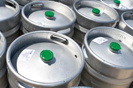 Metalen biervaten als achtergrond