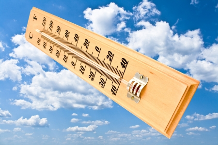 fahrenheit: Madera Celsius Fahrenheit term�metro sobre el cielo azul
