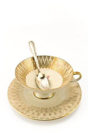 흰색에 고립 된 골동품 도자기 차 컵
