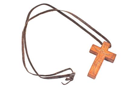 cruz roja: Collar con una cruz cristiana de madera aislado en blanco Foto de archivo