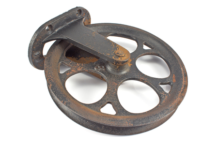 polea: Polea oxidado viejo en blanco Foto de archivo