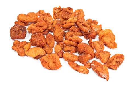 chicharrones: Mont�n de chicharrones de cerdo fritas aislados en blanco