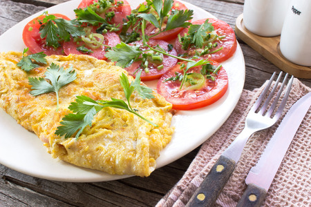 Omelet met groenten op houten achtergrond