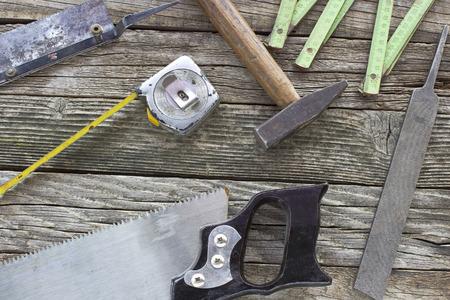 herramientas de carpinteria: Antiguo utiliza herramientas de carpinter�a en madera de fondo Foto de archivo