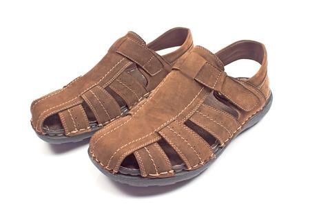 sandalia: sandalia de piel de hombre aislado en blanco