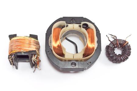 magnetismo: Tres motores de bobina de cobre eléctrico aislado en blanco Foto de archivo