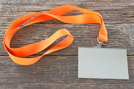 Lege ID-kaart tag met lint op houten achtergrond Stockfoto
