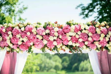rosas blancas: Parte del arco de la boda