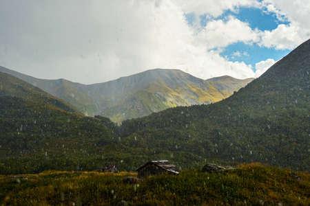 turismo ecologico: La lluvia de verano en las monta�as del C�ucaso en Georgia entre las chozas