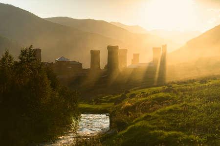 turismo ecologico: Salida del sol en la aldea de Ushguli en la regi�n superior Svaneti en Georgia Foto de archivo