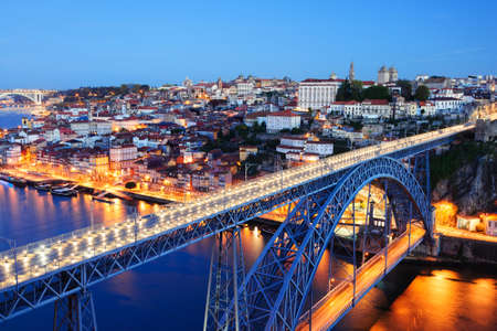 dom: soir�e Porto vieille ville, le fleuve Douro et Pont Dom Luis Banque d'images
