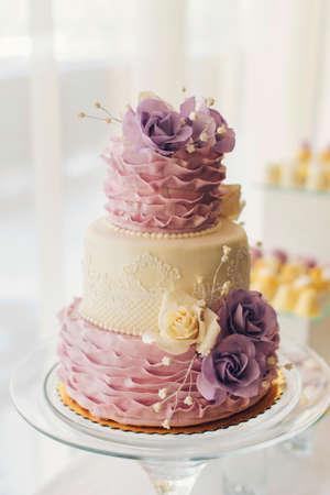 테이블에 달콤한 꽃과 놀라운 웨딩 케이크 스톡 콘텐츠