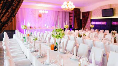 Tafel met bloemen in het restaurant staat klaar voor een evenement, feest of bruiloft.