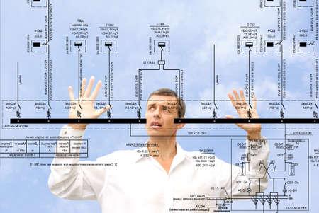 ingenieria industrial: ingeniero profesional dise�ador admirando tama�o generar el�ctrica esquema fundamental