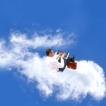 precipitacion: El hombre de negocios en una nube realiza previsiones de la p�rdida de una precipitaci�n atmosf�rica