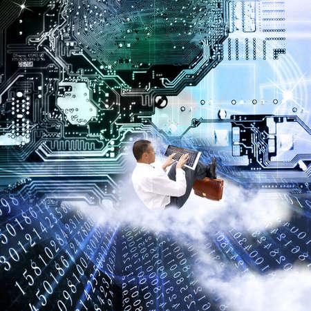 teclado num�rico: Hombre de negocios con la m�s nueva tecnolog�a de Internet