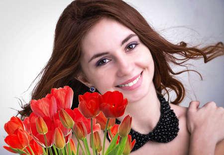 Beauty Frau mit Beautiful Bouquet frische rote Tulpen