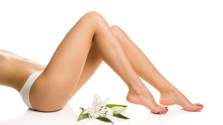 セクシーな女の子は、花とほっそりした脚を示しています 写真素材 - 17744359