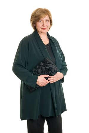 Een oudere vrouw glimlachen op een witte achtergrond, geïsoleerd