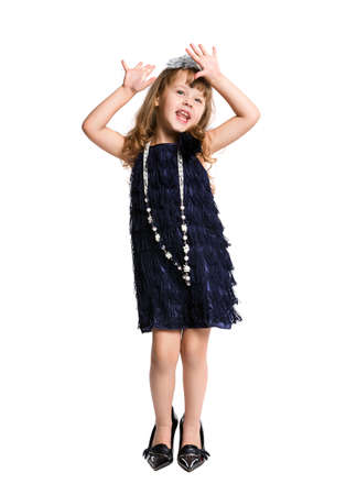 klein meisje in retro jurk dansen op een witte achtergrond Stockfoto