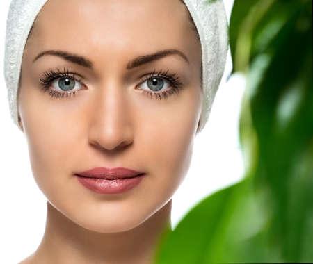 mooie vrouwen: mooie vrouw met een handdoek op zijn hoofd op een witte achtergrond Stockfoto