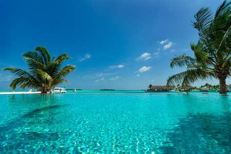 Tropisch strand en zwembad