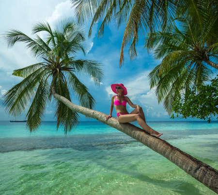 Mooie vrouw in bikini op het paradijselijke eiland