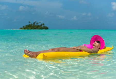 Vrouw op een luchtbed