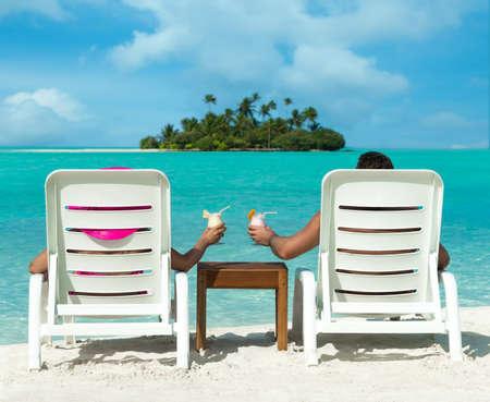 島の背景にカクテルの海辺での休日
