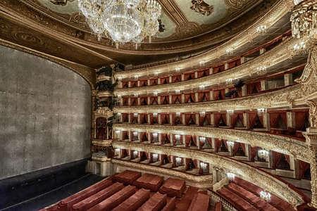 MOSKOU, RUSLAND-Au t 09 Het Bolshoi Theater een historische theater van ballet en opera in Moskou, Rusland, het interieur auditorium door architect Alberto Cavos in 1895 op augustus 09,2013 in Moskou, Rusland Stockfoto - 21969506