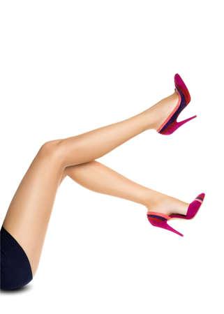 Gladde perfecte vrouwelijke benen dragen van hoge hakken op een witte achtergrond Stockfoto - 22107562