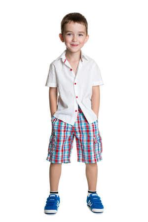 Portret van gelukkig vrolijke mooie kleine jongen op een witte achtergrond Stockfoto