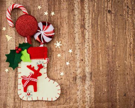 Kerstversiering en sok op hout achtergrond Mooie Kerstkaart