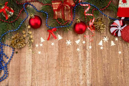クリスマス枠のクリスマス装飾の木製の背景ベージュ紙カード背景