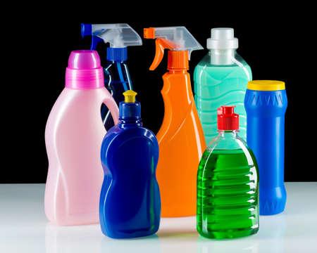 veneno frasco: Producto de limpieza de contenedores de pl�stico para limpiar la casa en el fondo negro Foto de archivo