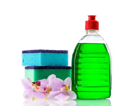 洗浄剤やスポンジ分離された白い背景の上のプラスチック製のボトル 写真素材