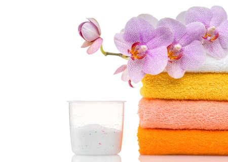 Wasmiddel voor wasmachine in Wasserij met handdoeken in de witte achtergrond