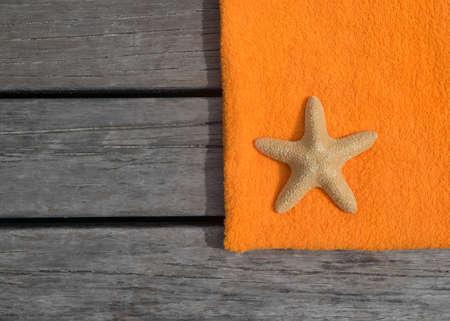 Strandlaken en zeester op hout achtergrond Concept van vrije tijd en reizen Stockfoto - 29747140