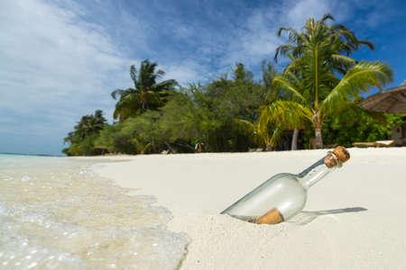 ボトルに入ったメッセージは、熱帯のビーチに漂着