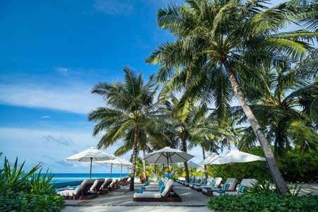 Perfect tropisch eiland paradijs strand en het zwembad Stockfoto - 30019097