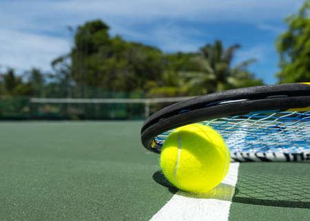raqueta de tenis: Cierre de vista de raqueta de tenis y pelotas en la cancha de tenis de arcilla Foto de archivo