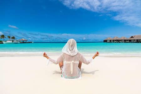 looking at view: Beach vacanze Yoga donna bella godendo vista guardando di spiaggia